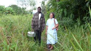Schwester Isabella und Daniel besuchen regelm+ñ+ƒig die Patienten.