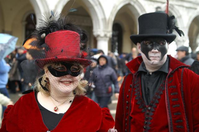 Modedesignerin Ruth und ihr Mann John kommen fast jedes Jahr nach Venedig, um am Kostümwettbewerb teilzunehmen.