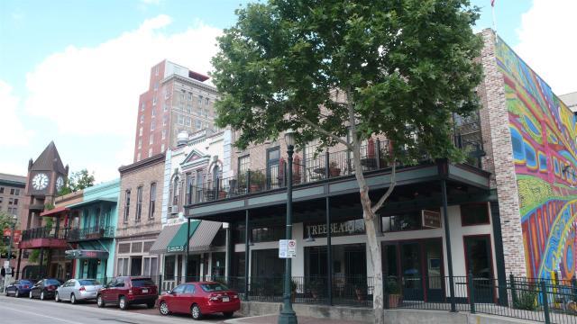 Das ehemalige Baker-Travis Building wurde circa 1861 gebaut und ist das zweitälteste Gebäude in Houston.