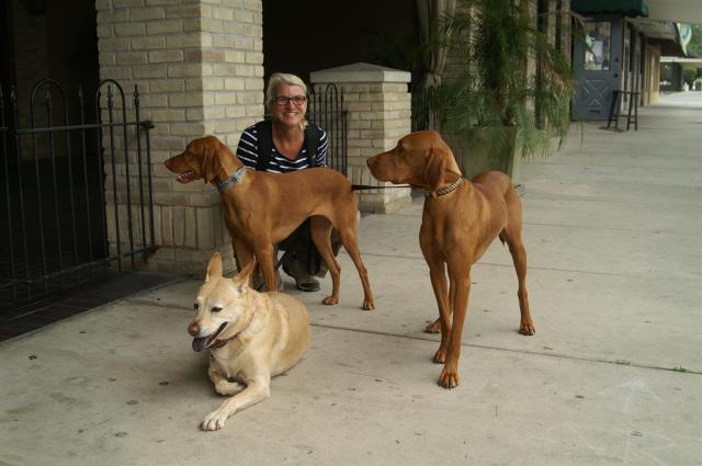 Beim Gassi gehen mit Lexi, Daisy und Wyatt lerne ich New Braunfels kennen! Foto: Enric Boixadós