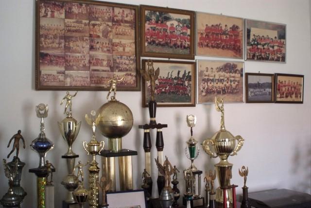 Flavios Pokale-Sammlung im heimischen Wohnzimmer.
