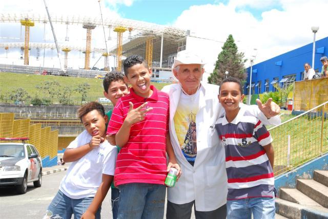 Padre Rosalvino mit seinen Schützlingen.