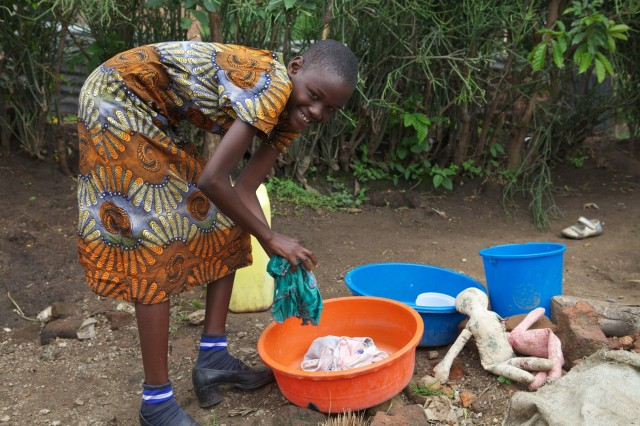Ritah hilft ihrer Mutter beim Waschen.