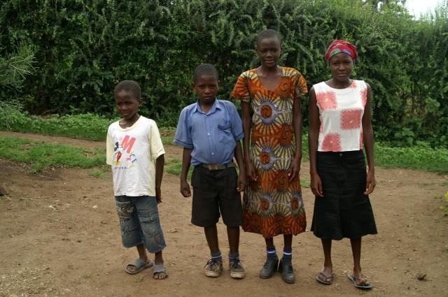 Ritah und Isaac mit Familienangehörigen. Von ihnen handelt die Geschichte.