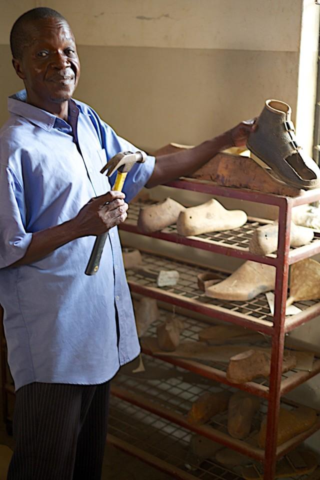 """Anthony Matere, Schuhmacher: """"Ich wünsche mir eine Nähmaschine, um zum Beispiel Klettverschlüsse auf die speziell angefertigten Schuhe der Patienten zu nähen. Denn Schnallen sind unbequem und wenig handlich. Außerdem wünsch ich mir weitere Werkzeuge zur Fertigung von Schuhen für die Leprapatienten."""""""