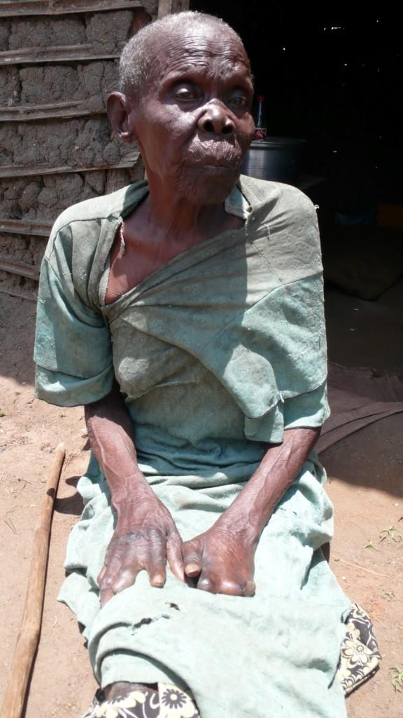 """Katharina Kumi, 70 Jahre, ehemalige Leprapatientin: """"Ich wünsche mir für mein Haus eine Latrine. Meine Notdurft verrichte ich in der Hütte in Behälter, und die Kinder entsorgen sie dann draußen. Das gefällt mir nicht."""""""