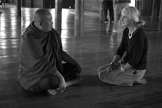Das Jahr begann in Myanmar. Begegnung mit einem Mönch./My year started in Myanmar. Talk with a monk.