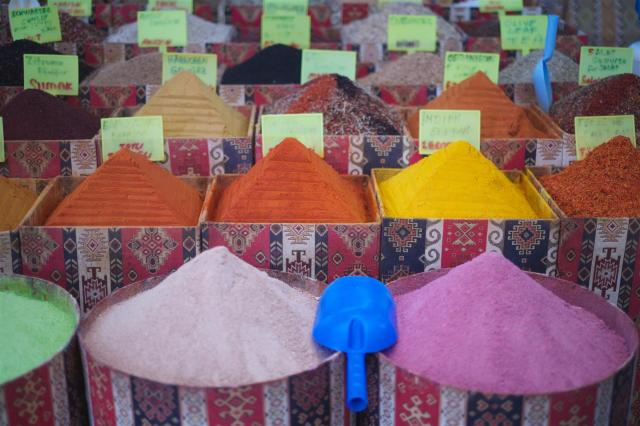 Farbenpracht im Basar./Spices at the Bazar.