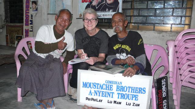 Mit den Moustache Brothers in Mandalay/Myanmar nach einer Vorführung./Meeting the Moustache Brothers in Mandalay after their performance.