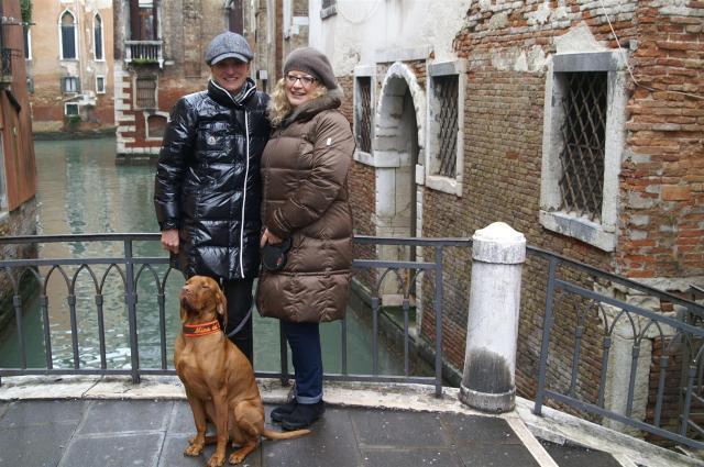 Zum ersten Mal treffe ich in Venedig meine spätere Blog-Partnerin Mariella mit Mina./For the first time I met in Venice my Blog partner Mariella with her doggie Mina.