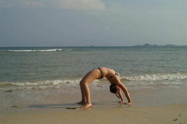 Die Schweizerin Daniela macht Yoga am Strand.