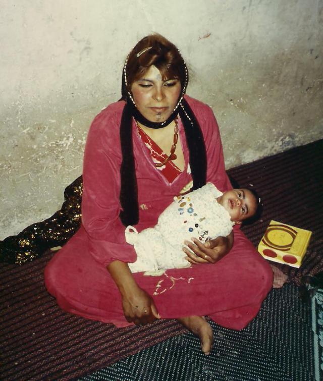 Eine Beduinen-Mutter mit ihrem Neugeborenen.